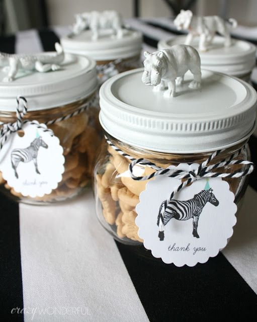 Crazy Wonderful: samuel's 3rd birthday party, DIY birthday party favors, plastic animal jars, animal cracker party favors Más