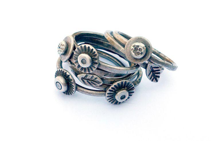 Argento anelli dimensioni 7, Set di due anelli di impilamento, Pod e foglia anelli, gioielli Eco compatibili, mano timbrato anello, gioielli artigianali rustici di ErinAustin su Etsy https://www.etsy.com/it/listing/203068627/argento-anelli-dimensioni-7-set-di-due