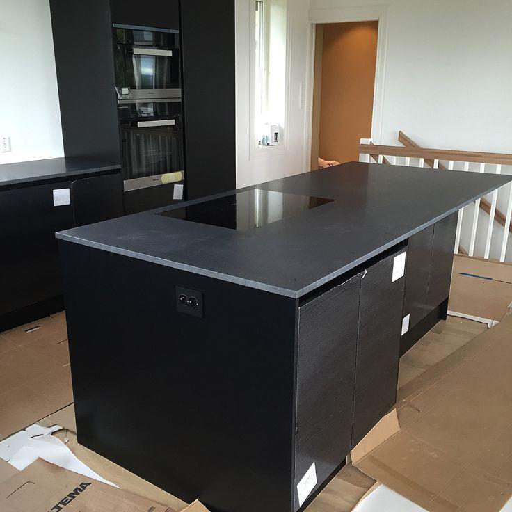 Moderne Kjøkken inspirasjon med Nero Assoluto svart granit naturstein benkeplate / kjøkkenøy - Modern design kitchen ideas with black granite countertop / kitchen island