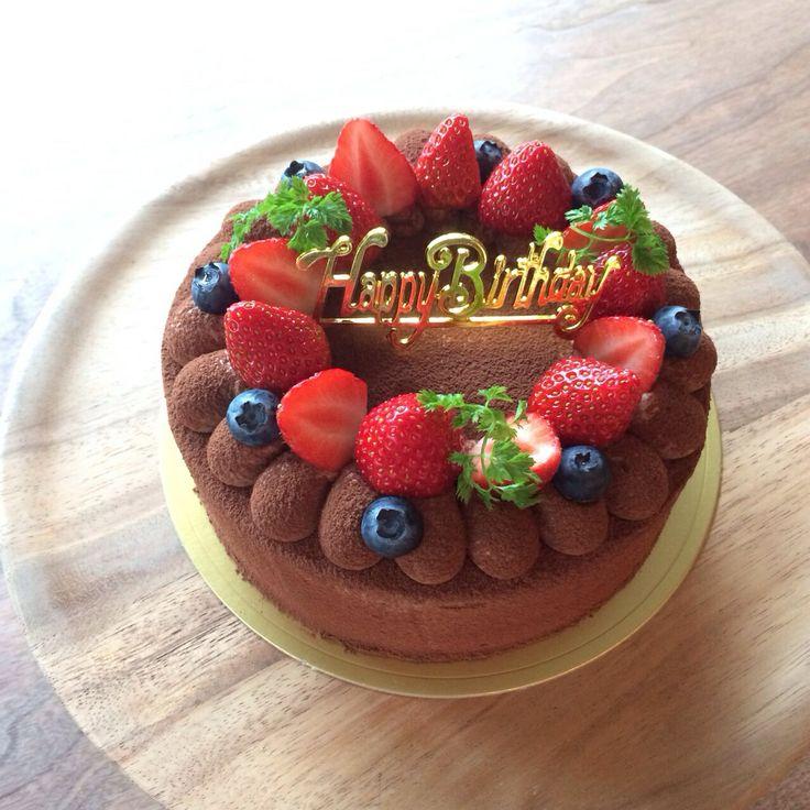 Chocolate cake for my daughter's birthday. Almond powder and the white of the eggs instead of flour.  娘の7歳の誕生日。毎年ショートケーキをリクエストされていたのですが、今年は初めてチョコレートケーキに。 小麦粉は入れず、アーモンドパウダーと卵白で膨らますこの生地はとっても口溶け滑らかです。