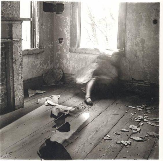 Фотографиня #Франческа_Вудман Нина Кассиан   СВИРЕПСТВУЯ  Под ногами дорожка из мертвых бабочек, мертвых и мягких (им не свойственно коченеть).