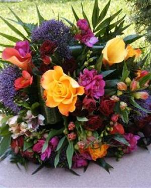 Buchet cu flori colorate în culori vibrante