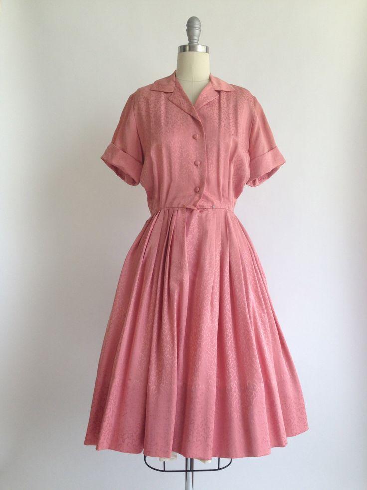 ERA: 1950s  LABEL: Ann Murray  KLEUR: Rose  MATERIAAL: Silk  VOORWAARDE: uitstekend  MATEN: Buste... 36 Taille... 24-inch Lengte... 40.25(heeft 5 Zoom uitkering)  Ultieme atoomtijd bedrukken van deze zijden jurk... ziet er graag amoeben! Functies omvatten: 2 beha riem houders met module sluitingen, 3 ongerepte stof bedekt knoppen en 2 snaps sluitingen aan de taille. De oorspronkelijke gordel ontbreekt. Gefotografeerd met een crinoline om aan te tonen van volume (niet te koop).  ** Layaway…