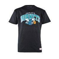 Deze Mitchell & ness Arch Logo T-shirt is uitgevoerd in zwart. Het T-shirt heeft ook een toffe print van de Charlotte Hornets op de voorkant gedrukt staan. #herenmode #zomercollectie #zomerkledingheren #zomerkleding