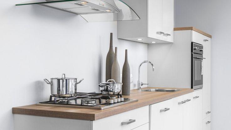 Keukenloods.nl - Witte rechte keuken met multiplex werkblad. Compact, maar van alle gemakken voorzien en een goede prijs. De keuken is te zien in de vestiging Almere.