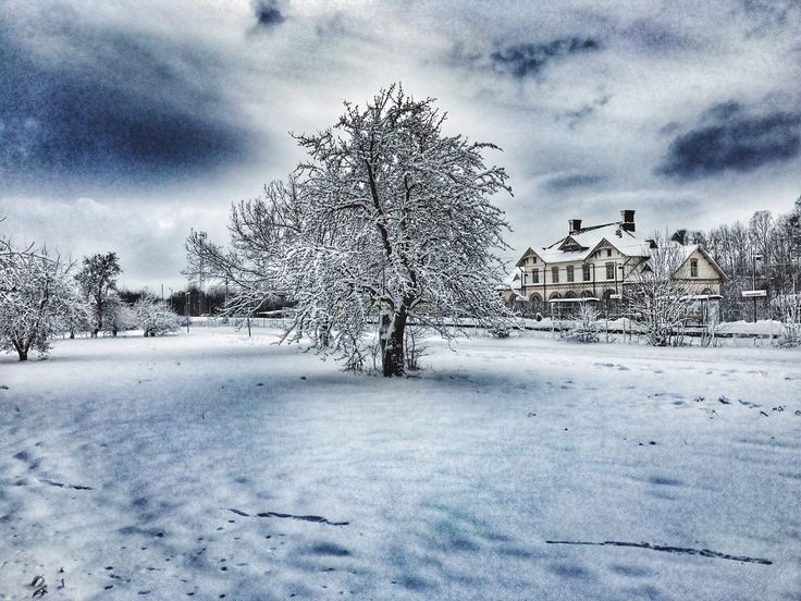 Underbara vinterdag med vårt hus, den gamla tågstationen i Hallstahammar i bakgrunden. Our house in the background, on a wonderful snowy day! Trainstation art...