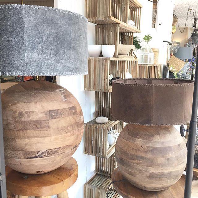Wauw! Hoe gaat zijn deze lampen met lederen kappen! Wist je dat bijna alle kappen los verkrijgbaar zijn? En dus alle combinaties mogelijk! Ook deze op de afbeelding. Fijne dag! #viacannellacuijk #viacannella #woonwinkel #kookwinkel #lampen #verlichting #lerenkap #houtenlamp #interieur #interieurstyling #interior #design #ptmd