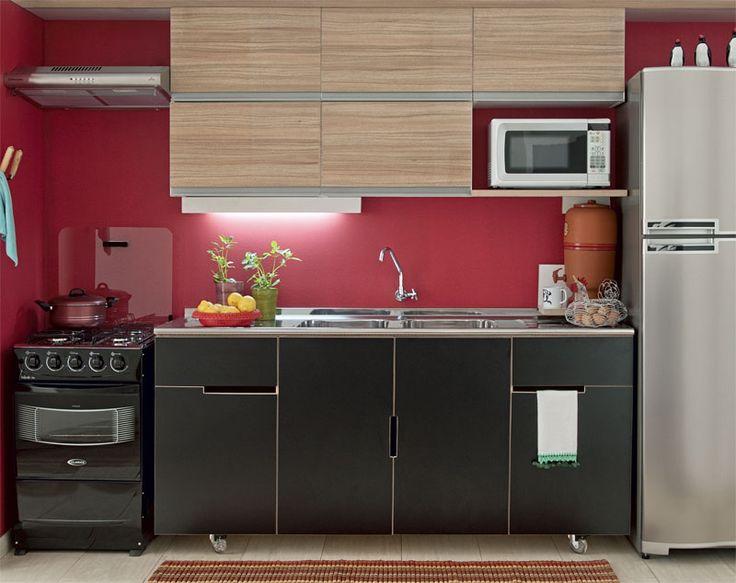 Cozinha integrada à área de serviço e com cores fortes. Gostei!
