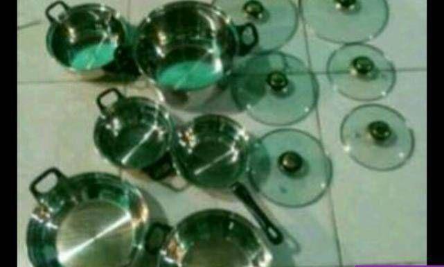 Jogo de panelas em Aço Inox. Panelas fabricadas em aço inox de excelente qualidade Tampas fabricadas em vidro temperado de grande resistência. Contém 6 panelas, sendo: Pode ser usada em fogão à gás, forno elétrico, cerâmica, indução, halógeno e também pode ser colocado para  limpar na lava-louças. Watsapp : 98144 - 8100 Tel : 99329 - 7015