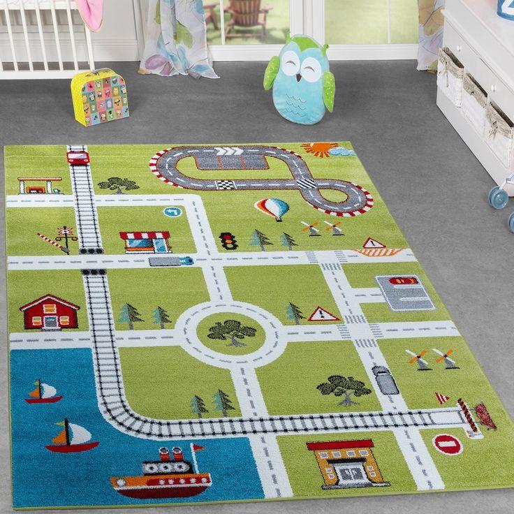 Mit diesem Spielteppich in Grün lässt sich eine kleine Stadt ins Kinderzimmer hineinbringen. Auf dem Kurzflor sind Straßen, Häuser und Figuren aufgedruckt, die beispielsweise zum kreativen Spielen mit Autos einladen. Kinderteppiche dieser Kollektion sind eine farbenfrohe und fröhliche Anschaffung, über die sich Jungen und Mädchen aller Altersstufen freuen. Mit ihrem Kurzflor laden die Teppiche zum Sitzen, Liegen und Spielen ein und begleiten als pflegeleichte Artikel die gesamte Kindheit