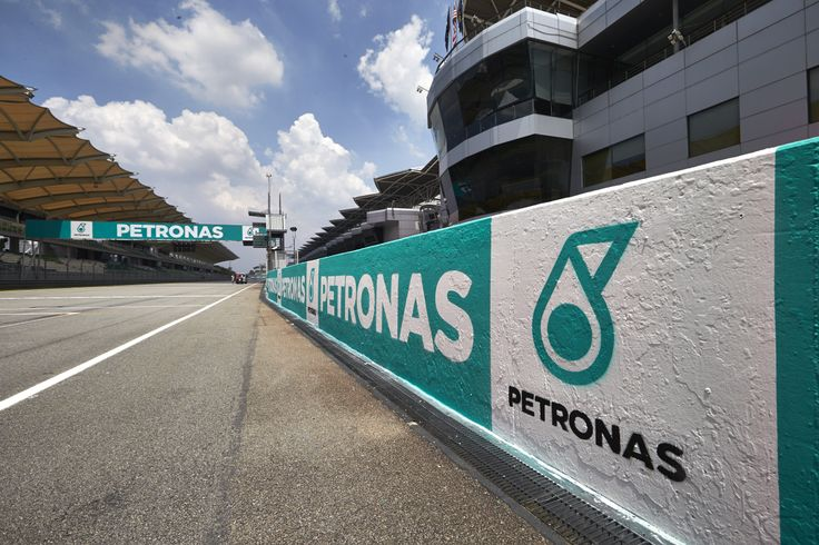 Mercedes pair dominate in Malaysia - RaceDepartment