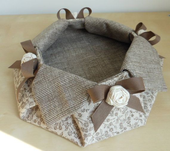 Svuota tasche (portachiavi) in stoffa realizzato a mano. Applicazioni con fiocco e rose color panna anch'esse realizzate a mano.