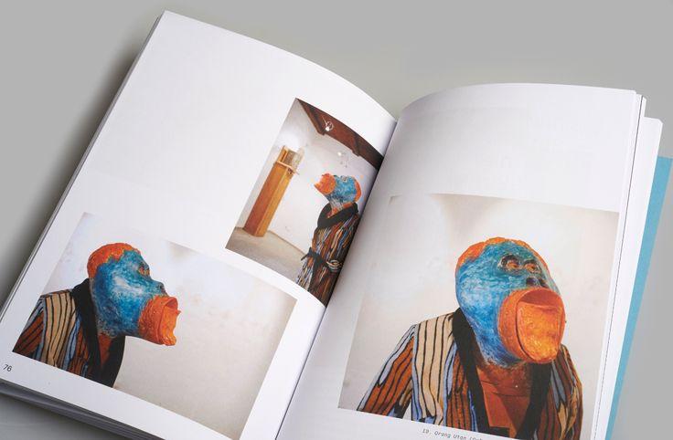 Der neue Bildband von Josef Rainer vereint inszenierte Fotografie und Installation, Skulptur und Bildsequenzen, Menschen und Kunstobjekte im Dialog, Gedanken in Wort und Bild, Kunst und Alltag, Gips, Farbe und Alltagsgegenstände.