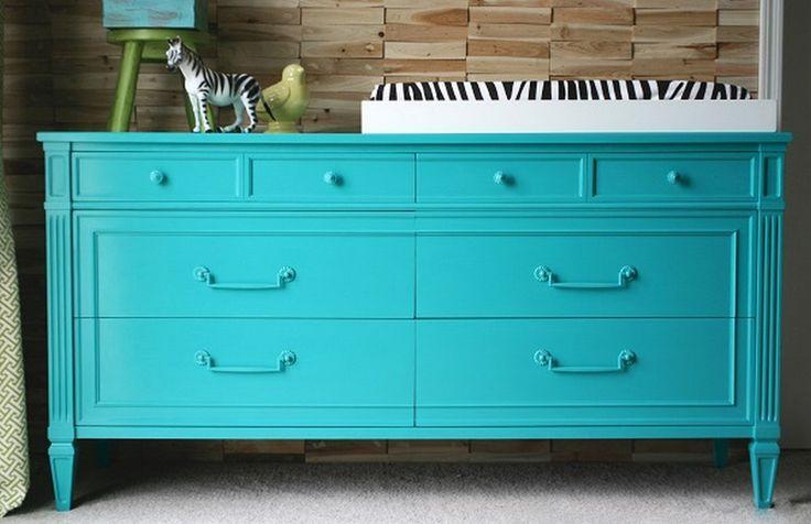 Переставляете мебель из комнаты в комнату – и переживаете из-за несовпадения оттенков? Хотите сделать гостиную ярче, а мебель выбрасывать жалко? Шкафы и стулья можно перекрасить – мы подскажем, как