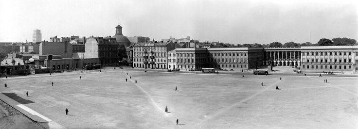 Pałac Saski na zdjęciu Willema van de Polla z 1934 roku. Bez tego gmachu plac jest pusty