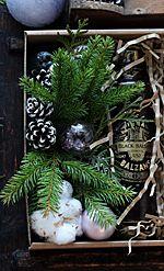 Набор новогодний бальзам Минимальный тираж: 10 штук Срок изготовления: 3-14 дней  Состав подарка:  - рижский бальзам, 0,5л (оплачивается и предоставляется заказчиком отдельно)  - новогодняя композиция из елки, пихты, шишок и мини-шариков. - декорированная крафт-коробка (белая/красная коробка) 22х16х6см, наполнитель 80 000 бел.руб.  Каждый подарочный набор персонализируется и брендируется