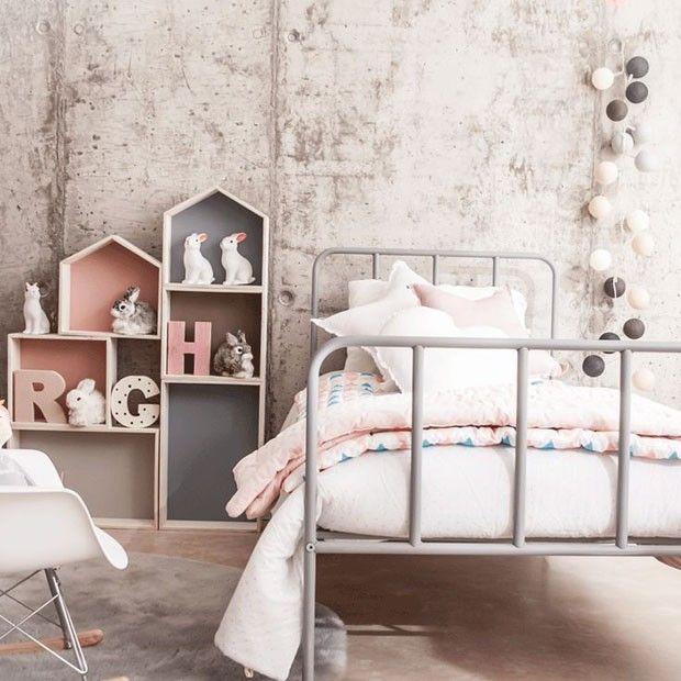 Se inspire nesse quarto de criança com décor fora do comum. A parede rústica de concreto descascado contrastou perfeitamente com a delicadeza do e detalhes infantis em tom de rosa.
