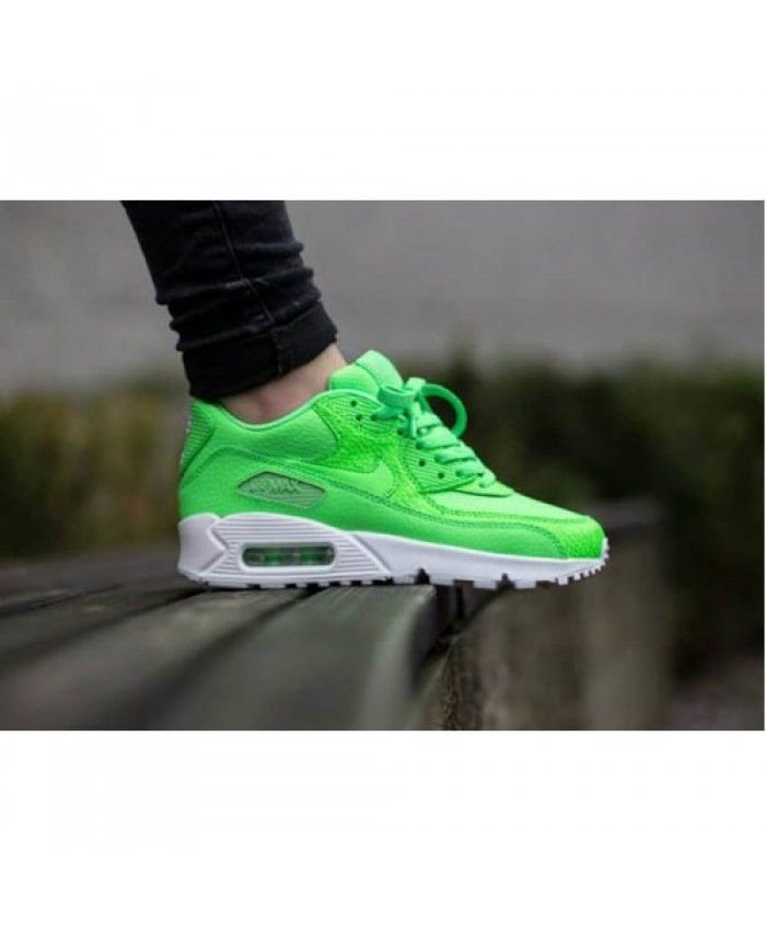 Nike air max 90 leather voltage green trainers fit my feet perfectly, the color is my favorite green, very nice!