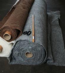 """""""Filtmakeriet tillverkar och säljer nålfilt ämnat för tovning. Fördelen med nålfilt som utgångsmaterial är att du lättare kan göra jämntjock filt med vackra mönster och raka kanter. Nålfilt består av 100 % svensk fårull och säljs som metervara och i tillklippta bitar. Du kan välja mellan olika färger, ullkvalitéer och tjocklekar. Ullkvalitén och vårt sätt att sortera, tvätta och bereda ullen är några av anledningarna till att Filtmakeriets nålfilt är unik."""""""