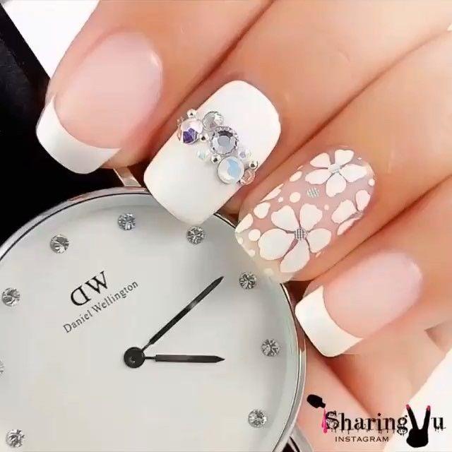 White nail art with flowers - Uñas blancas con flores