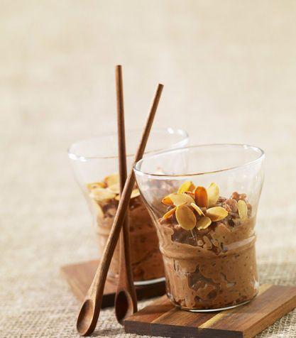Budino al cioccolato.........  Le proprietà terapeutiche del cioccolato, nei giorni che precedono il ciclo.  Per un buon budino si può ricorrere ai preparati già pronti che contengono cacao, zucchero, amido di mais (un addensante) e nient'altro.Un dessert più sano si può optare per il preparato in versione da zuccherare.Preparare il budino aggiungendo un solo cucchiaio di zucchero di canna integrale (meglio se mascobado) e latte scremato o, ancora più consigliato, latte di riso oppure di…