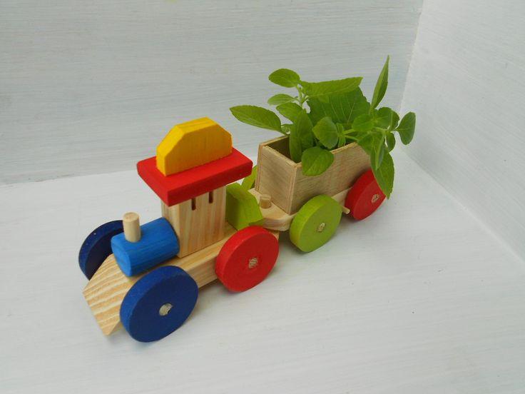 trenzinho de madeira com vagão para pequenos arranjos e pequenas porções de doces, <br> <br>sem pregos <br> <br>2 peças/carrinho com engate; <br> <br>Máquina locomotiva e vagão carga <br> <br>Feito com madeira, mdf e pinus <br>colorido atóxico- verde, vermelho, amarelo e azul escuro <br> <br>Próprio para ser usado como brinquedo e serve muito bem como decoração e arranjos para centro de mesa; <br> <br>Peça adorável, simplesmente lindo o trabalho.