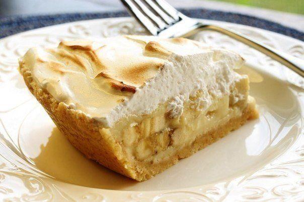 Торты из печенья - 5 лучших рецептов  Рецепт 1: Торт из печенья банановый  Описание:  Очень вкусный торт! Сочетание сметаны и бананов делает его вкус нежным, а на его приготовление уходит так мало времени, что можно делать его хоть каждый день и подавать в качестве десерта или на завтрак малышам.  Ингредиенты:  1 кг не соленого крекера; 4 крупных банана; 1 л сметаны; 0,5 кг сахара; 100 гр. шоколада.  Способ приготовления:  1. Взбиваем сметану с сахаром. Бананы нарезаем тонкими кружками.  2…
