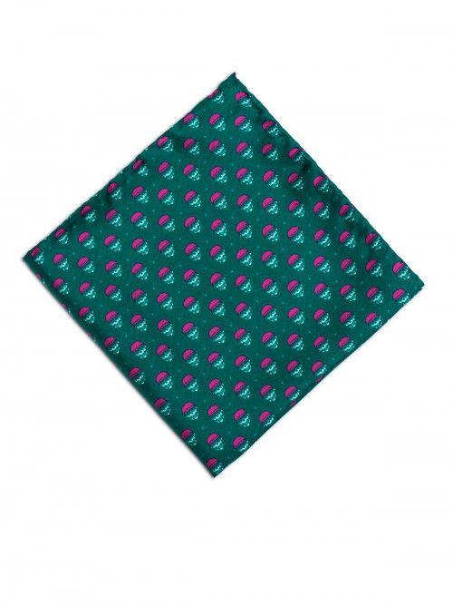 Pañuelo de seda, confeccionado en Italia, en color verdel con estampado de diseño de calaveras. www,soloio.com #silk#pocketsquare#suitup#suitupaccesories#menstyle#dapperman#dapperdetails#gentleman#menaccesories#pañuelodebolsillo#fazzoletto#airplane#skull#skulls
