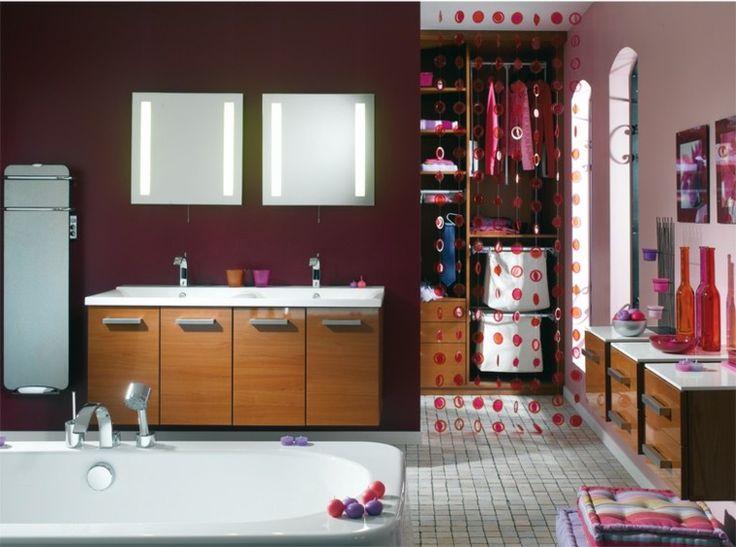 color purpura oscuro en la pared del baño moderno