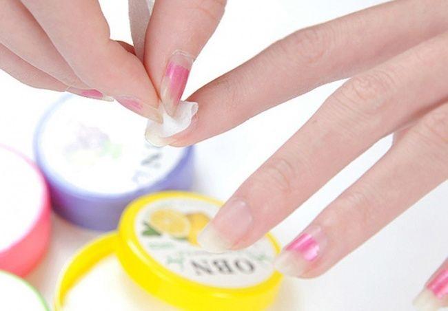 Nagellak verwijderen zonder remover doe je zo: smeer een nieuw laagje nagellak over de oude laag en verwijder alles voordat het droog is. De oude laag gaat er dan ook af.
