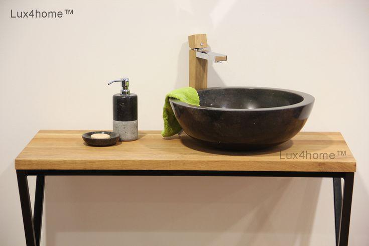 Czarna umywalka z marmuru i drewniany blat łazienkowy w ...
