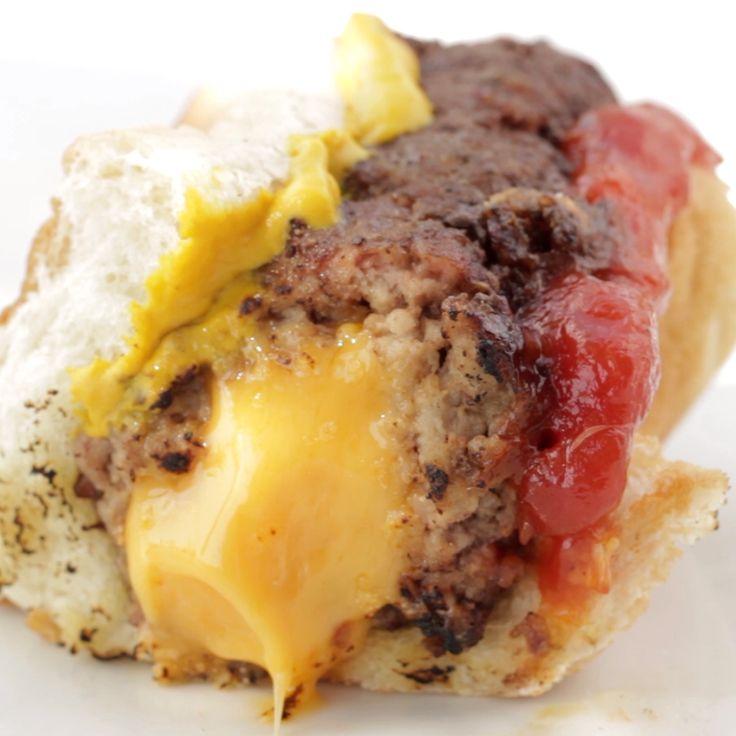 Weißt du welche Zeit bald ist? Zeit für Burger-Hotdogs mit Käsefüllung!