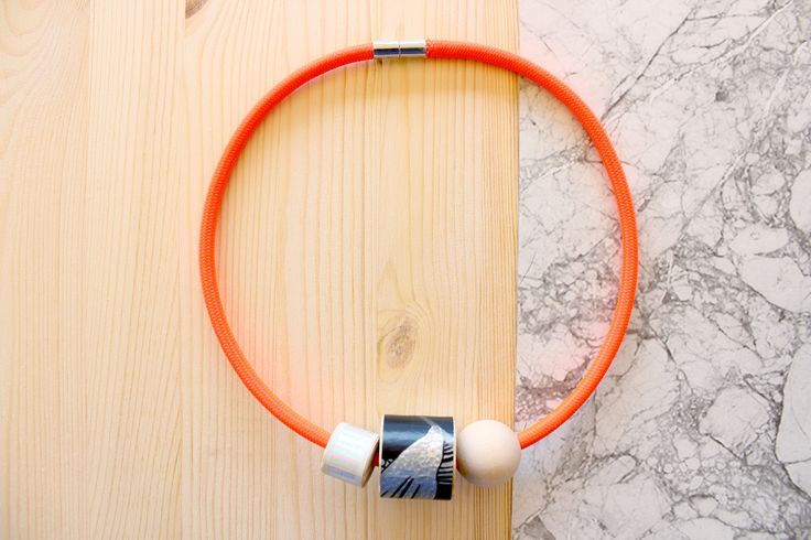 Collana arancione fluo con dettagli in legno e carta da parati nera e iridescente. di IlluminoHomeIdeas su Etsy