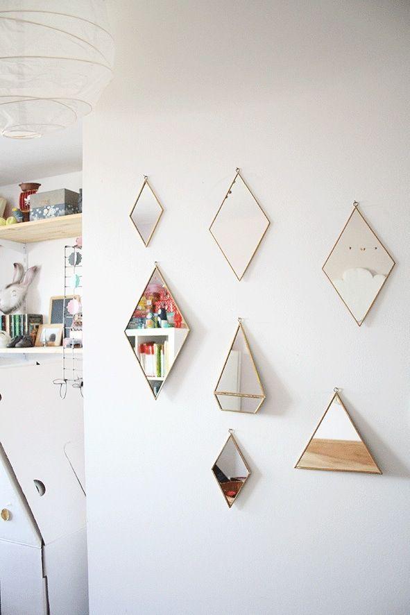Des miroirs losanges pour venir casser la surface lisse du mur et décomposer les images renvoyées.