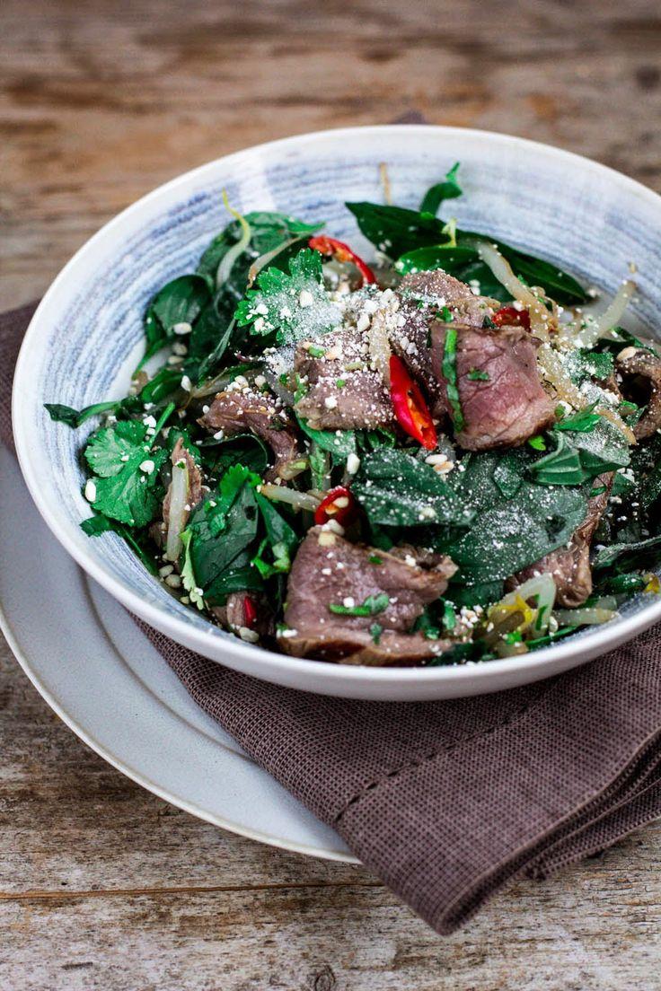 Sałatka tajska z grillowaną wołowiną #gryz #MagazynGRYZ