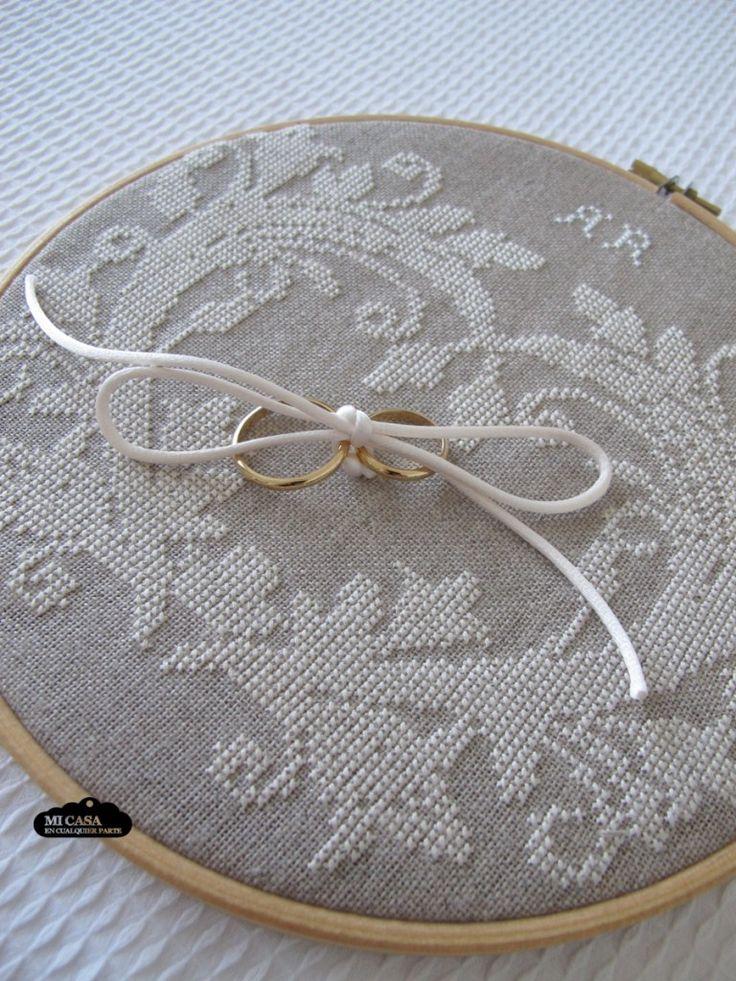 Bastidor personalizado para llevar los anillos en una boda. Custom wedding embroidered ring bearer hoop | Blog www.micasaencualquierparte.com