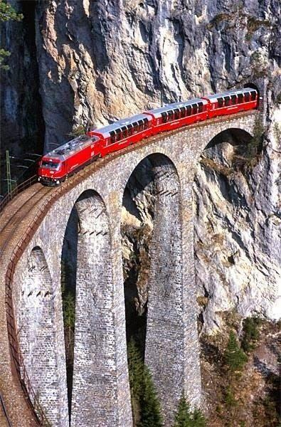 Landwasserviadukt der Rhätischen Bahn bei Filisur. / Landwasser Viaduct. Rhaetian Railway. South-Eastern Switzerland.