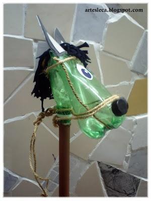 Cavalinho de pau feito de garrafa PET de lado.//