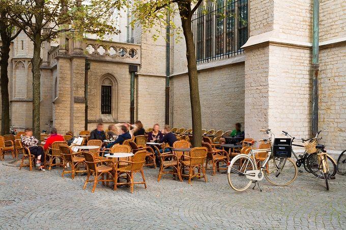 ANVERSA   È la perla delle Fiandre, nel Belgio del Nord, e città più fortemente esplorata dalla cultura fiamminga. Antico porto, tra i più attivi d'Europa nel secolo d'Oro, ricca di monumenti e palazzi storici, quartieri unici al mondo, come quello dei diamanti, stamperie (quella di Plantin e Moretus è stata dichiarata Patrimonio dell'Umanità dall'UNESCO)