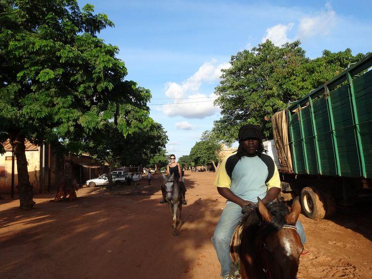 Bobo horse. Burkina Faso. Découvrez Bobo-Dioulasso, ville exotique du Burkina-Faso.: Visite de Bobo à cheval (1/2 journée)