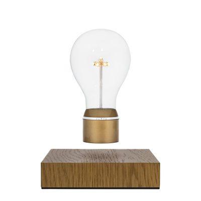 Tischleuchte Flyte Royal / schwebende Glühbirne, Goldfarben / Sockel Eiche von Flyte finden Sie bei Made In Design, Ihrem Online Shop für Designermöbel, Leuchten und Dekoration.