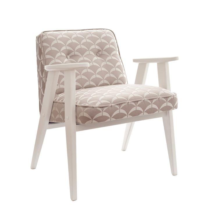 Kultowy fotel 366 projekty Józefa Chierowskiego. Konstrukcja drewniana, zewnętrzne elementy barwione czarnym satynowym lakierem. Wypełnienie…