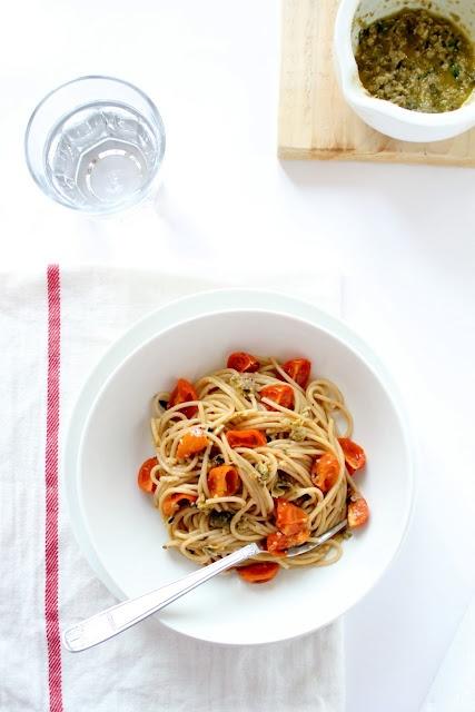 Spaghetti integrali con pomodorini al forno con pesto di olive