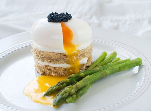 Poached Eggs and Asparagus A fantastic dish, easy to make, that gives a creative touch to the traditional asparagus and egg recipe.