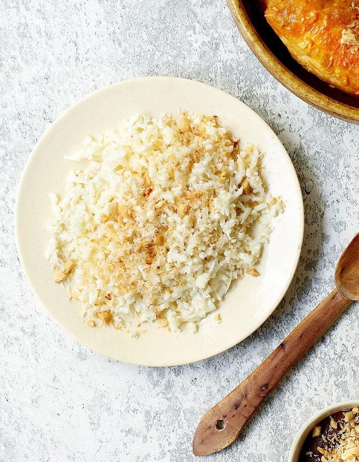 Recette Semoule de chou-fleur et noix de coco grillée épicée : La noix de coco grillée épicée : faites à peine blondir dans une grande poêle antiadhésive sèche 1 piment oiseau émietté entre vos doigts et 50 g de cacahuètes décortiquées grossièrement hachées. Ajoutez 125 g de noix de...