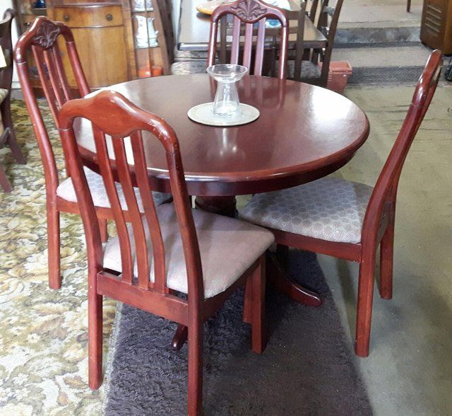 Cherry Mahogany Round Dining Table with four chairs For Sale in Dewsbury, West Yorkshire