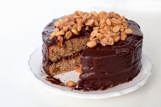 Răsfoiam acum vreo doua luni cartea lui David Lebovitz, Ready for Dessert, si a fost o reteta care mi-a ramas in minte. Combina două dintre lucrurile mele preferate – blatul cu banane și alunele în caramel sărat. Iar ciocolata nu putea să strice cu nimic. A durat putin sa iau o decizie in acest sens, …