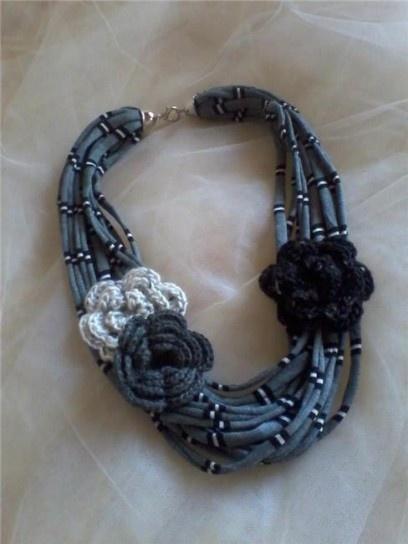 Girocollo con fiori di lana alluncinetto