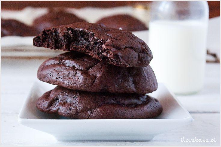 Ciastka czekoladowe bezglutenowe z tego przepisu są po prostu przepyszne i wyjątkowe w smaku. Bardzo mocno czekoladowe, zamiast mąki zamiennie dodałam kakao.