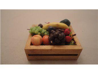 Frukt i en betsad låda - fastlimmade skala 1:12 Dockskåp -